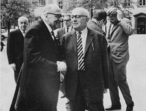 Horkheimer, Adorno e o jovem Hanermas ao fundo